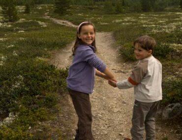 enfants-randonneurs-sur-sentier-Norvège