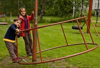 -enfants-sur-jeux-de-plein-air-Norvège