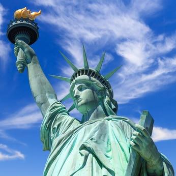 statue de liberté new york avec enfants en famille