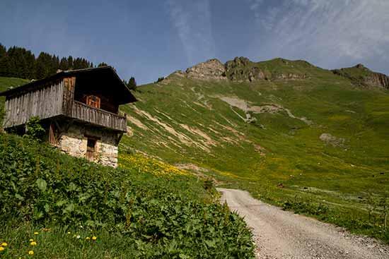 randonnée-famille-aravis-dans-les-alpes-chalet