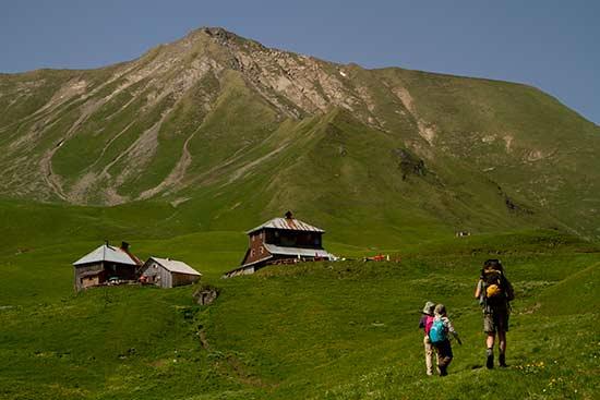 randonnée-famille-dans-les-alpes-aravis