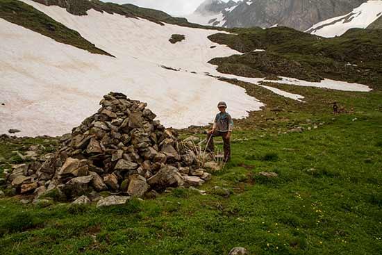 randonneur-enfant-lac-de-Tardevant-Aravis-alpes