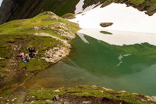 randonneurs-enfant-au-lac-de-Tardevant-Aravis-alpes
