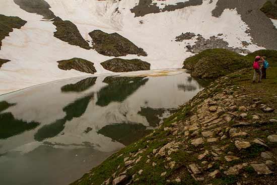 randonneurs-enfant-lac-de-Tardevant-Aravis-alpes