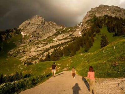 randonneurs-enfants-dans-les-aravis-Alpes
