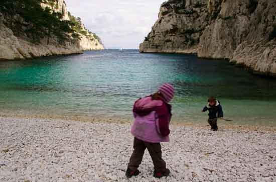 enfants-à-la-plage-de-calanque-En-Vau