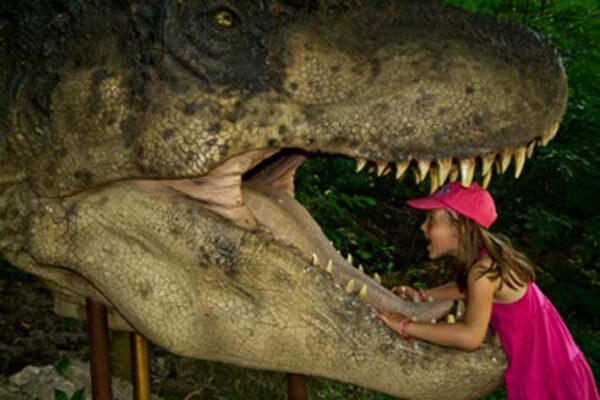 enfant-avec-dinosaure-en-Slovaquie