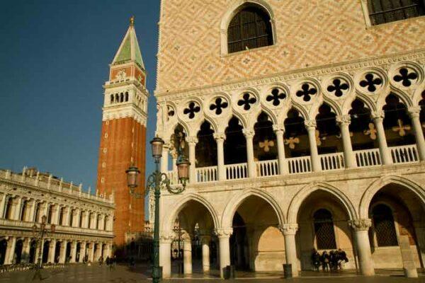 place-saint-marc-palais-des-doges-et-campanile-à-venise-italie