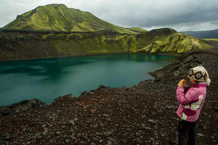 cratère-islande-enfant-landmannalaugar