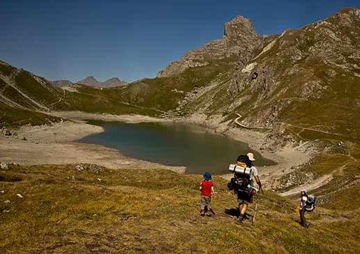 lac-cerces-randonneurs-enfant-alpes