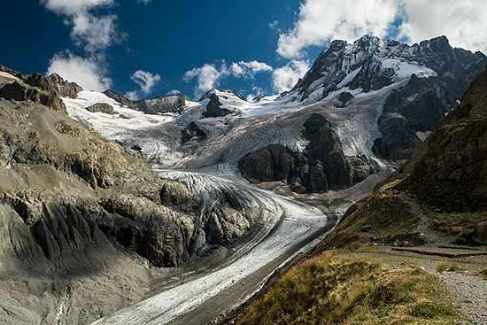 glacier-de-la-Pilatte-et-les-bancs-dans-massif-des-Ecrins