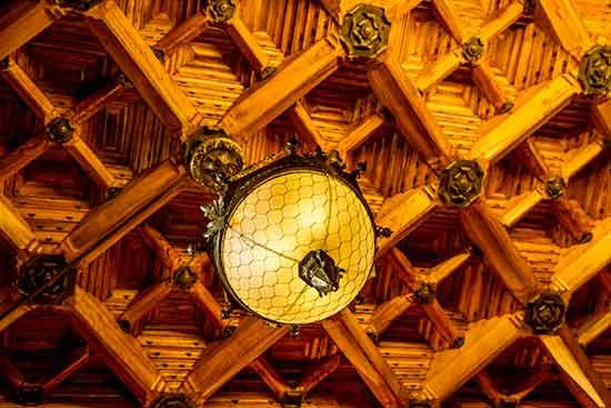 plafond-panneau-bois-palais-Guell-barcelone