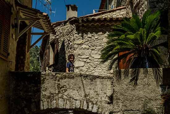Peillon-pont-avec-enfant-village-arrière-pays-niçois