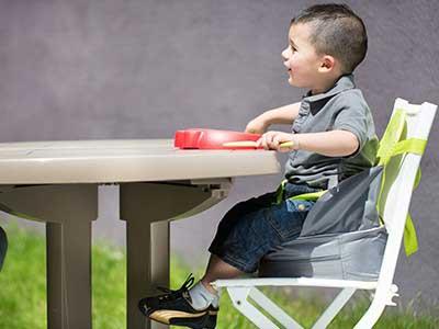 rehausseur-nomade-badabulle-avec-enfant-à-table