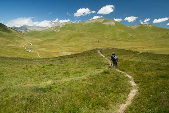 randonneurs-en-famille-plateau-emparis-oisans-alpes