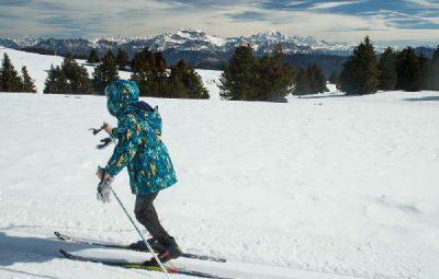enfant-en-ski-de-fond-station-ski familiale