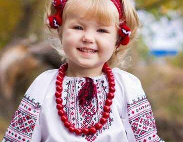 Europe avec enfant en tenue traditionnel