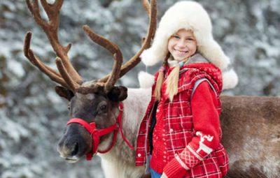 noel-en-laponie-en-famille-renne-et-enfant