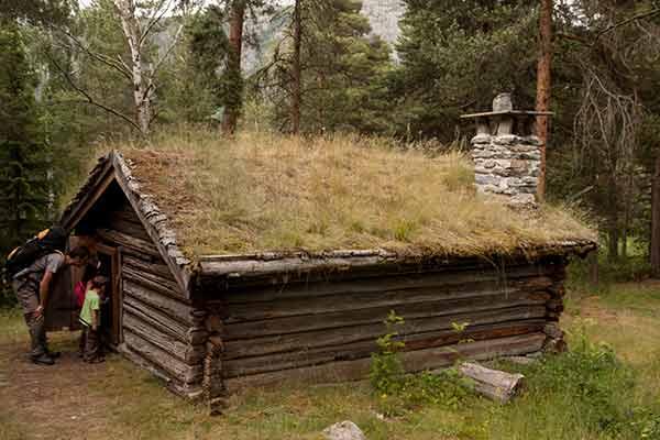 Norvège-enfants-chalet
